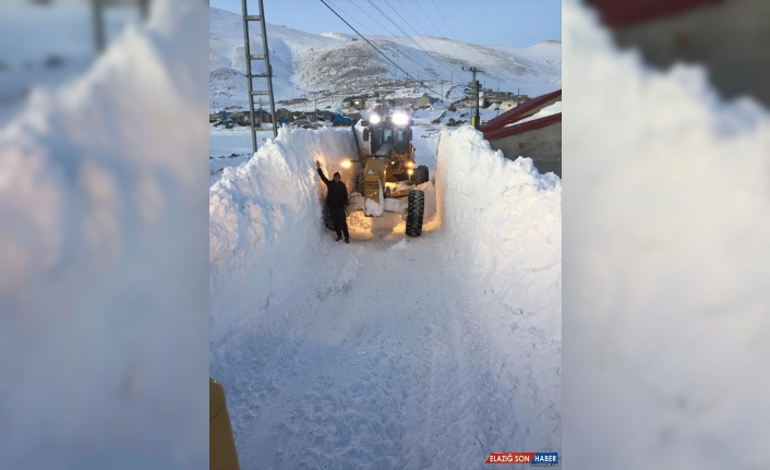 Ağrı'da kar kalınlığının 4 metreye ulaştığı köy yolu 8 saatte açıldı