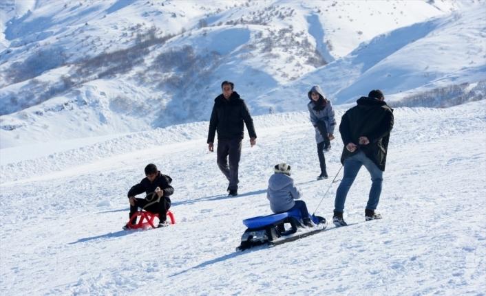 Bitlisliler tatilin son gününü kayak yaparak değerlendirdi