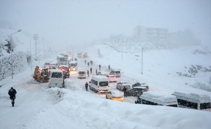 Bitlis'te yoğun kar ulaşımı aksattı