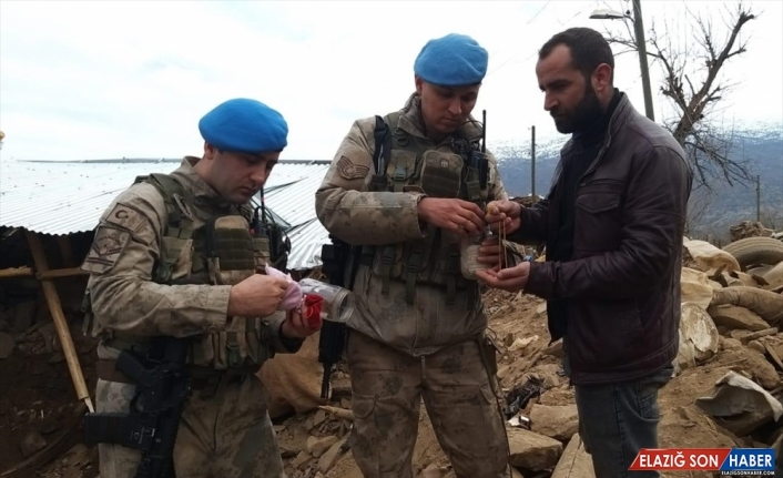 Elazığ Jandarma enkazda bulduğu ziynet eşyalarını sahibine ulaştırdı