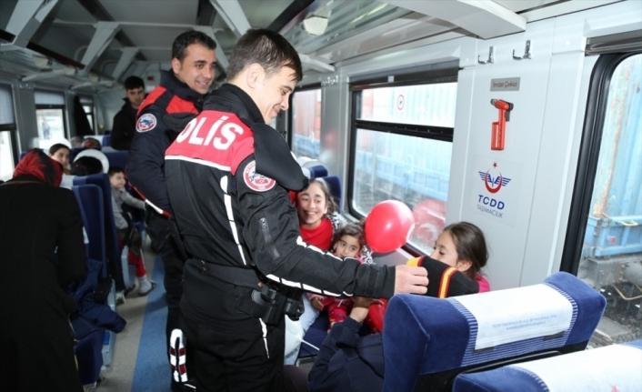 Elazığ polisinden depremzede çocuklara moral desteği