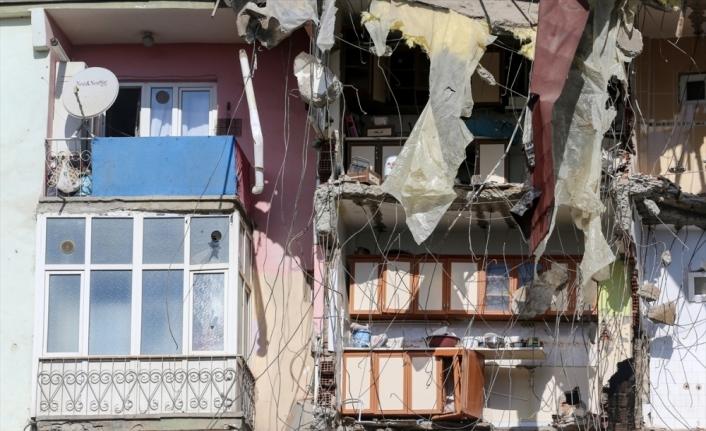 Elazığ'da ağır hasarlı binaların yıkımı sürüyor