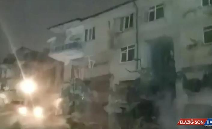 Elazığ'da depremde ağır hasar gören binanın çökme anı kameraya yansıdı