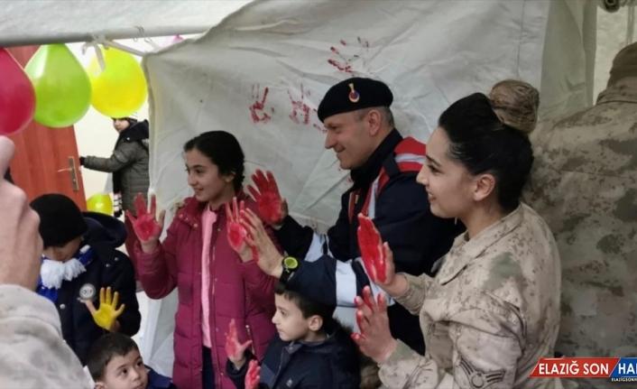 Elazığ'da jandarma psikososyal çalışmalarla çocukların yüzünü güldürdü