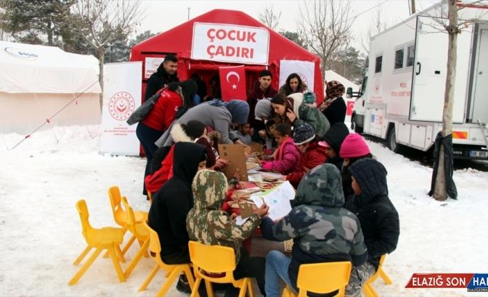 Elazığ'daki depremzede çocukları, üniversite öğrencileri eğlendirdi