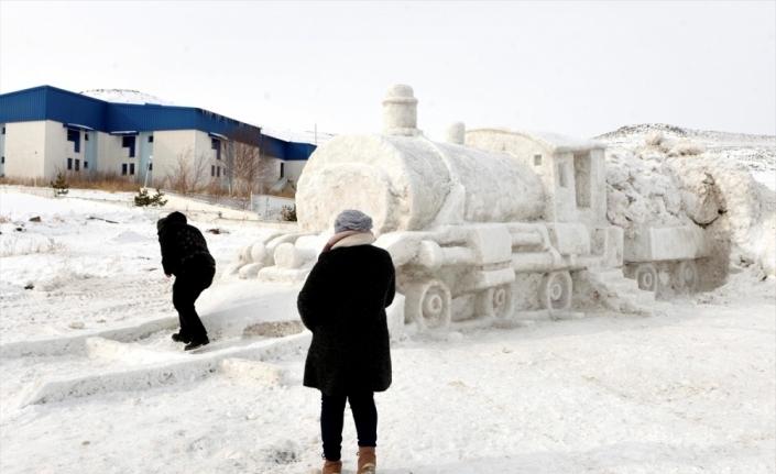 Hayalini kurdukları Doğu Ekspresi'nin kardan modelini yaptılar
