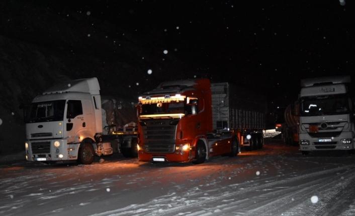 Malatya-Adıyaman kara yolu yoğun kar nedeniyle ulaşıma kapandı
