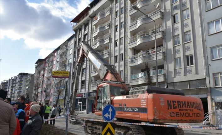 Malatya'da ağır hasarlı bina kontrollü yıkılıyor
