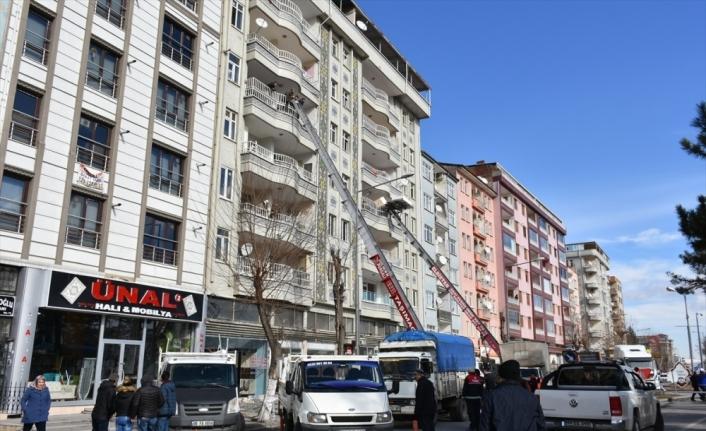 Malatya'da ağır hasarlı binadaki daireler boşaltılıyor