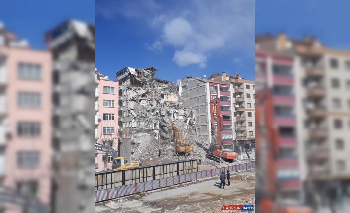 Malatya'da ağır hasarlı binanın kontrollü yıkımı sürüyor