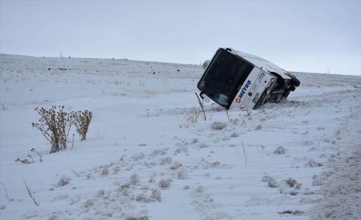 Turist kafilesini taşıyan otobüsü kara saplandı