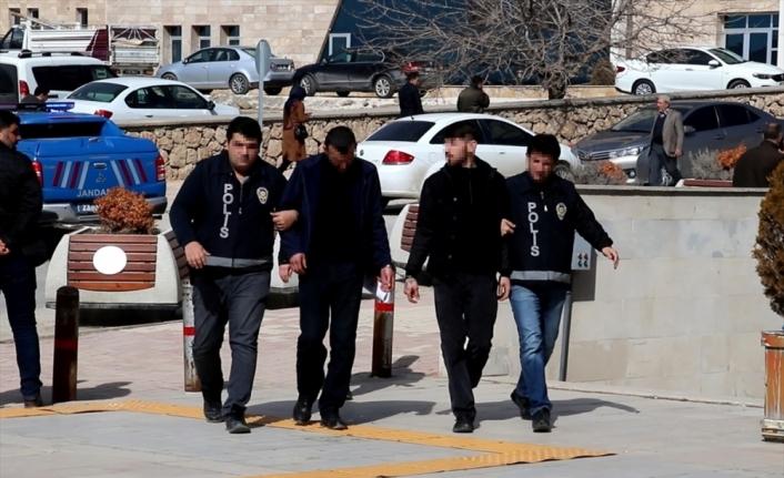 Elazığ'da birini bıçakladıkları 2 kadını gaspeden 2 zanlı yakalandı