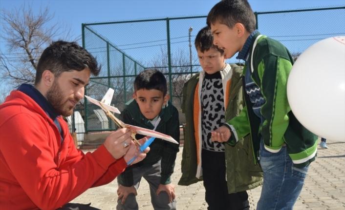 Malatya'da gönüllü gençler depremzede çocukların yüzünü güldürdü