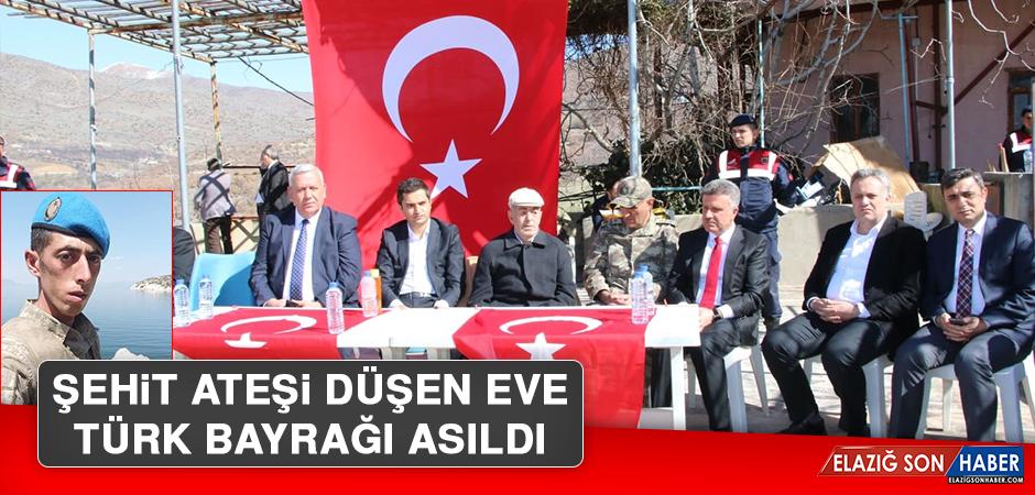 Şehit Ateşi Düşen Eve Türk Bayrağı Asıldı