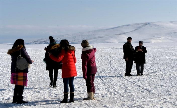 Turistlerin güneşli havada Çıldır Gölü'nde atlı kızak keyfi