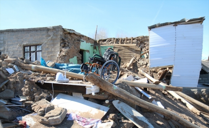Van'da depremzede engelli çocuğa enkaz altında kalan tekerlekli sandalyesinin yenisi verildi