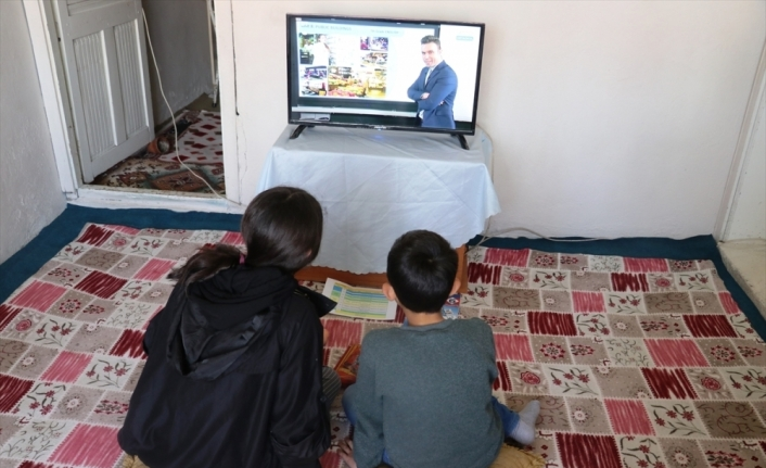 Ağrılı kardeşler hediye edilen televizyonla artık  EBA TV yayınlarını evlerinden izleyecek