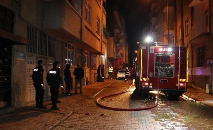Elazığ'da boş binanın çatı katında çıkan yangın 1 saatte söndürüldü