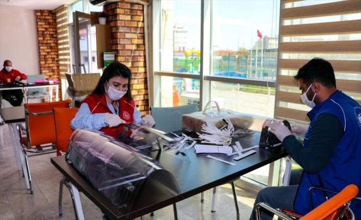 Erzincan ve Iğdır'da gönüllü gençler maske ile siperlik üretiliyor