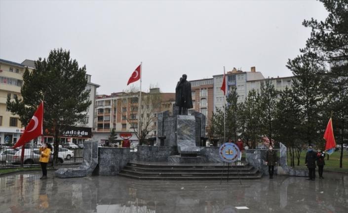 Kars ve Ardahan'da çelenk sunma törenleri kar yağışı altında yapıldı