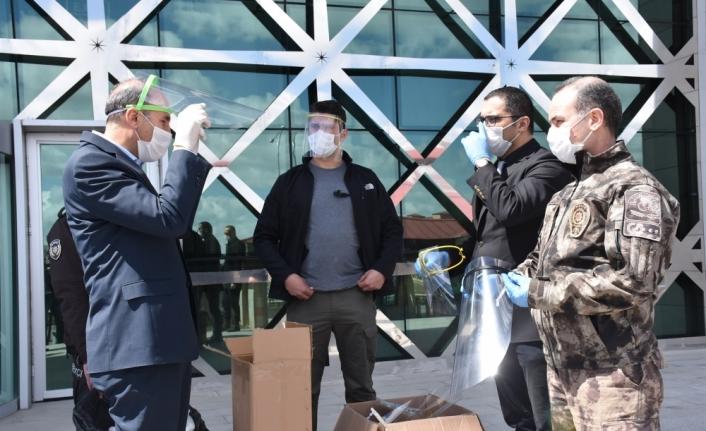 Kars'ta BİLSEM görevlileri polisler için siperlik üretiyor