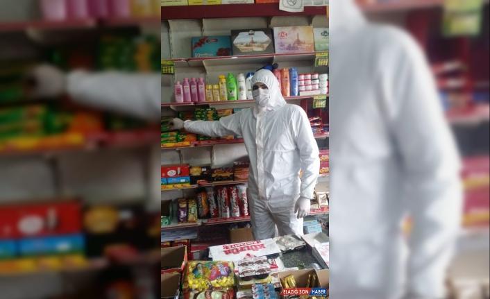 Kars'ta market işletmecisi, Kovid-19'a karşı şeffaf naylon ve tulum ile önlem aldı