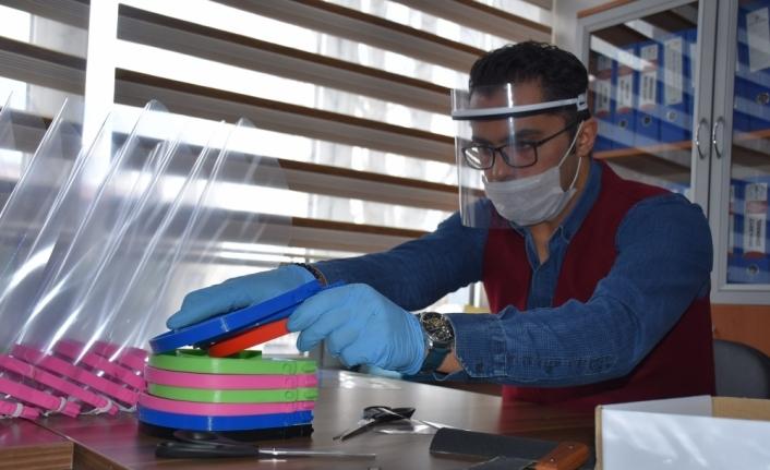 Sağlık çalışanlarına BİLSEM'den siperli maske