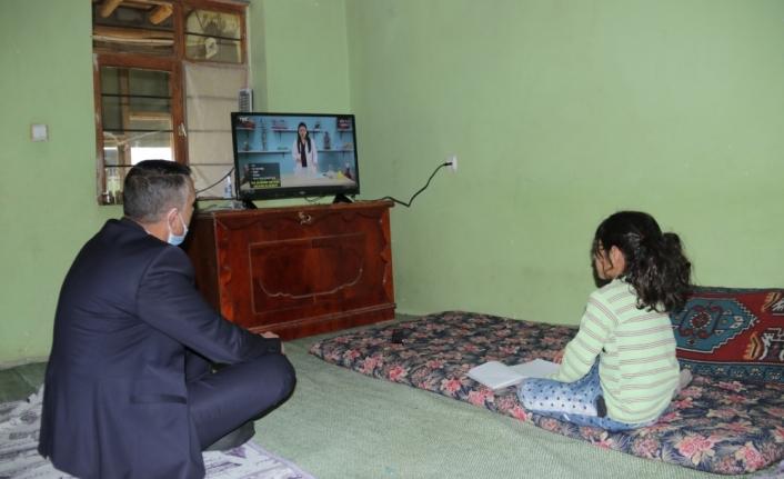 Van'da evleri yanan kardeşlere derslerini izleyebilmeleri için televizyon hediye edildi