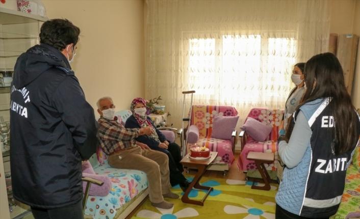 Van'da evlerinden çıkamayan çifte 46. evlilik yıl dönümü sürprizi