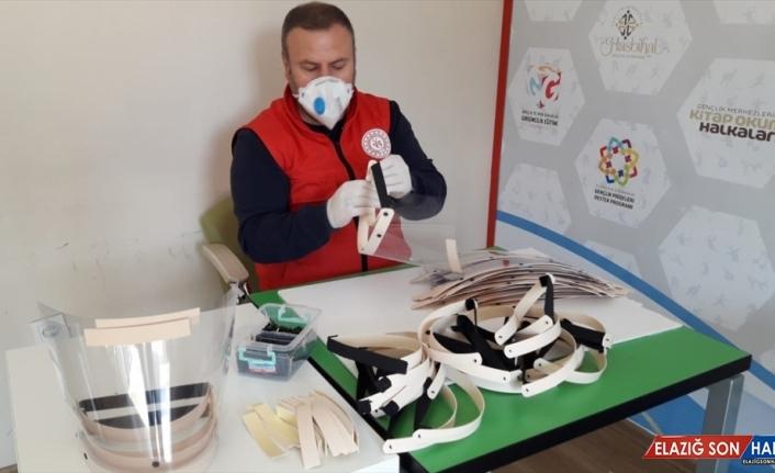 Bakan Kasapoğlu, gençlik merkezlerinde 850 bin maske üretildiğini açıkladı