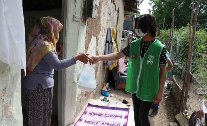 Elazığ'da gönüllü gençler sokağa çıkma izninde 115 aileye iftarlık ulaştırdı