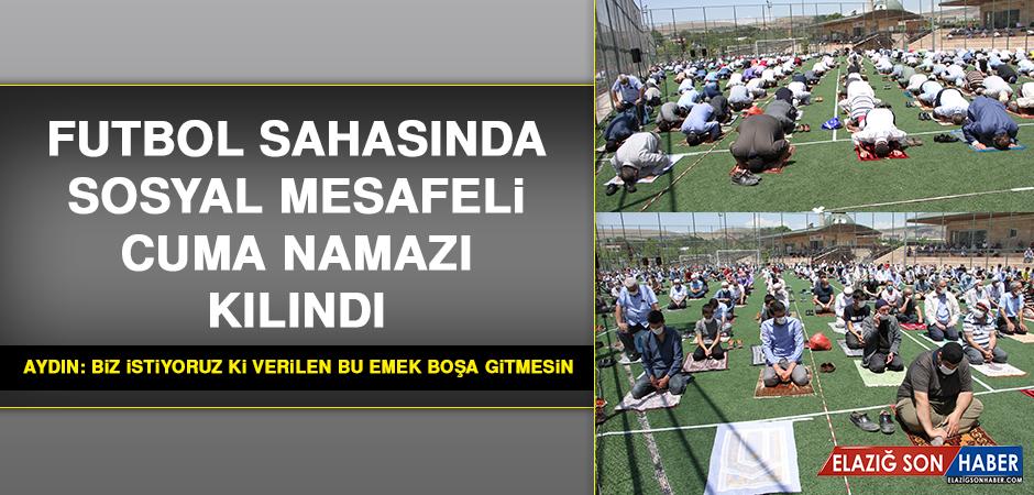 Elazığ'da Futbol Sahasında Sosyal Mesafeli Cuma Namazı Kılındı