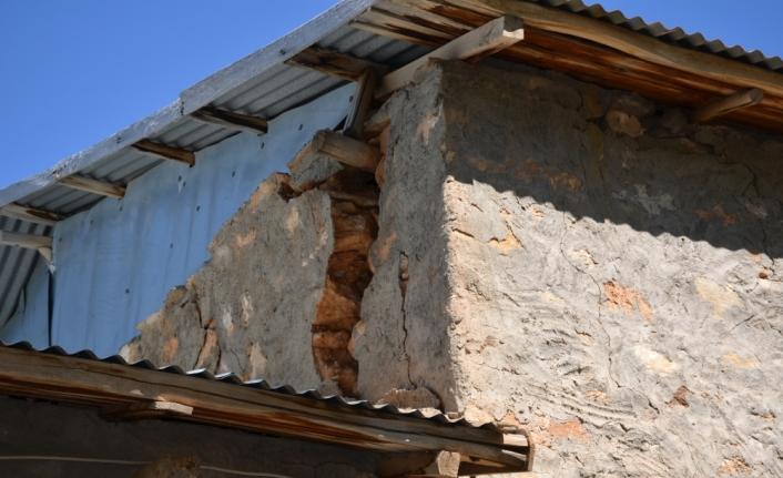 Pütürge'de depremde evleri ağır hasar görenler için çadır kuruldu