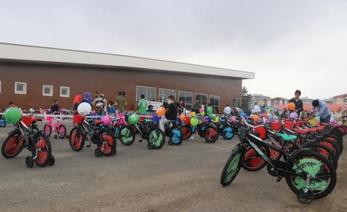 Ağrı'da bayram öncesi 300 çocuğun yüzü hediye bisikletlerle güldü