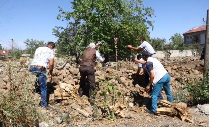 Yolu dar olan okul için arazi bağışlayıp belediye ekiplerine yardım ettiler