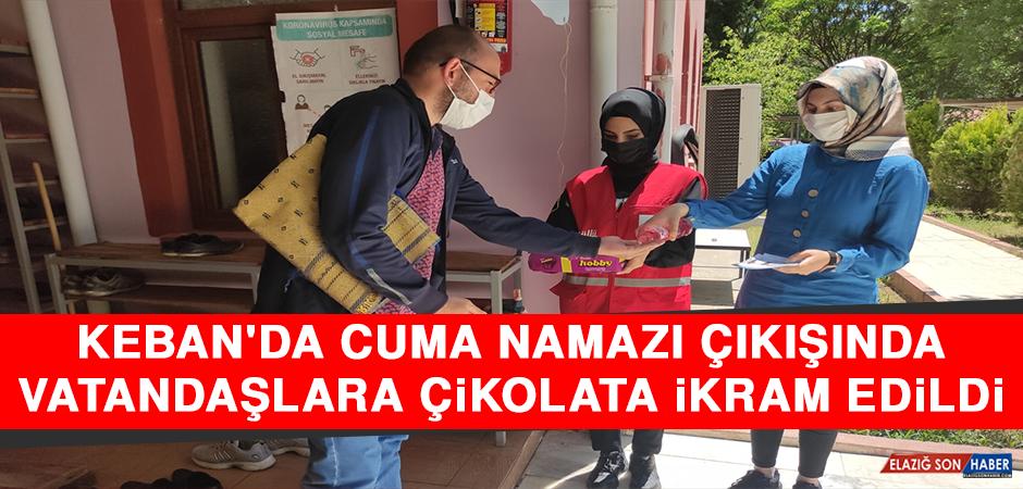 Keban'da Cuma Namazı Çıkışında Vatandaşlara Çikolata İkram Edildi