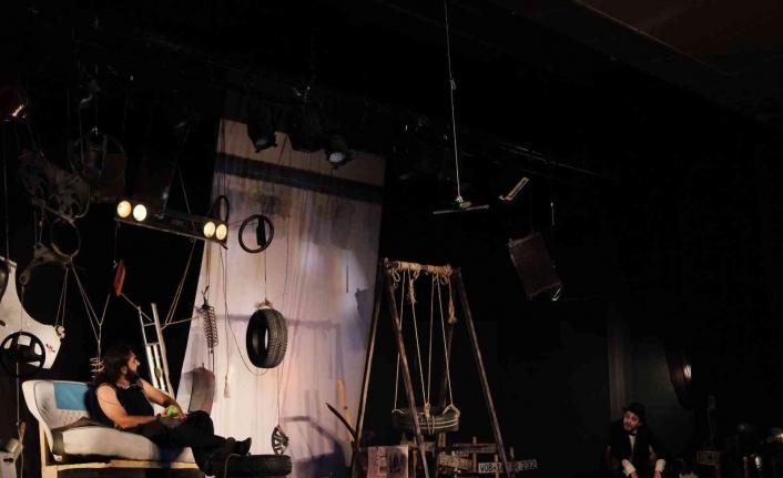 Maltepe'de hukukçular bu kez adliyede değil tiyatro sahnesindeydi