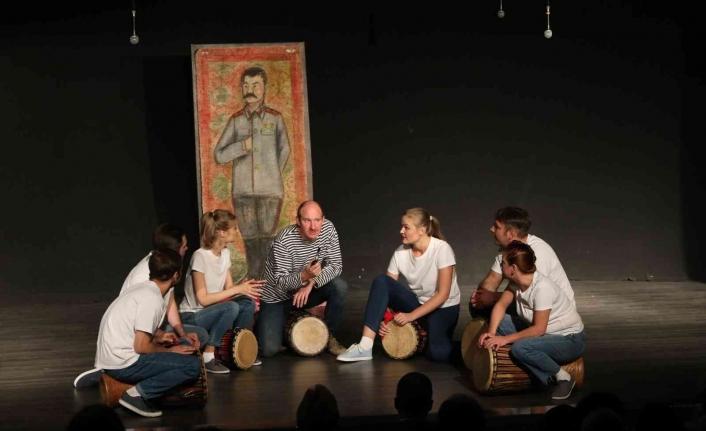 'Nazım Hikmet: Şairin aşkı ve kaderi' oyunu Mersin'de sahnelendi