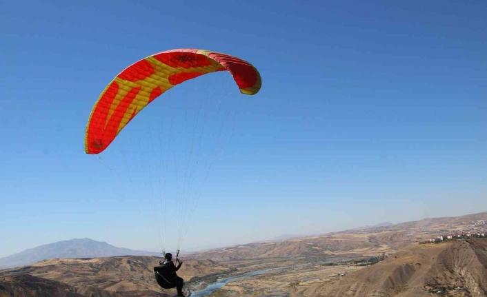 Palu semaları, yamaç paraşütçülerine ev sahipliği yaptı