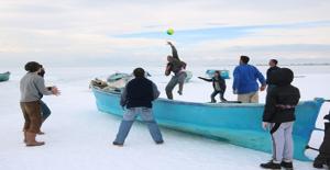 Balıkçılar buz tutan gölde keyifli zaman geçiriyor