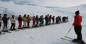 Hakkari'de 5 Bin Öğrenciye Kayak Eğitimi Verildi