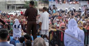 Endonezya'da Kırbaç Cezası Alan Kadının Fotoğrafını Çekmek İçin İzdiham Yaşandı