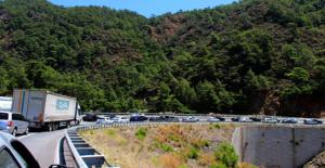 Marmaris'e Akın Eden Turistler, 5 Kilometrelik Kuyruk Oluşturdu