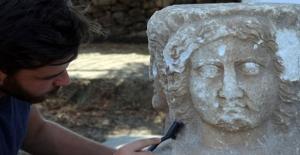 """Antik Kentte """"Selene"""" ve """"Helios"""" Kabartmaları Bulundu"""