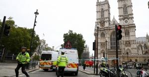 İngiltere'de Parlamento Binası Bariyerlerine Araç Çarptı