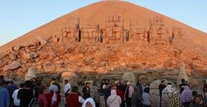 Turistler Güneşin Doğuşunu Nemrut Dağı'ndan İzledi