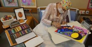 Anaokulu öğretmeni hasta odasını sanat galerisine dönüştürdü
