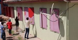 Diyarbakır'da 13 öğretmen köy okulunu boyadı