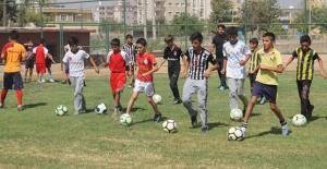 """Silopi'de açılan futbol okulunda """"geleceğin yıldızları"""" yetiştiriliyor"""