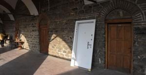 Bursa tarihi handaki çelik kapı sökülerek...